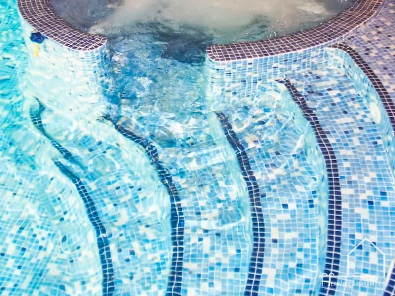 Principales tipos de escaleras para piscinas